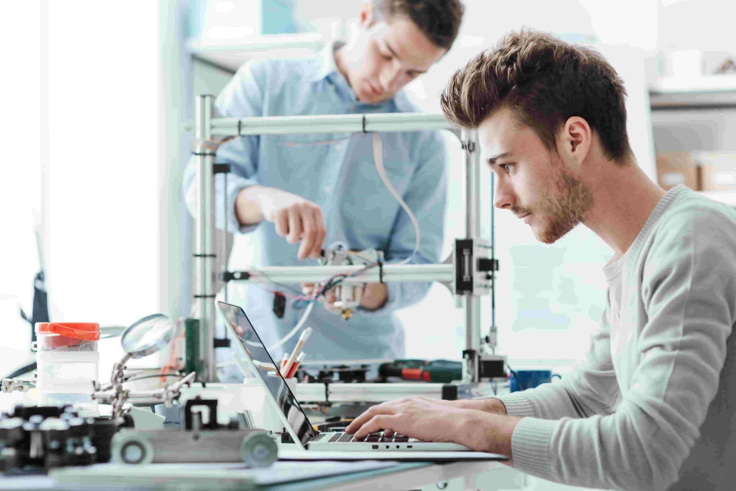 Hombres jóvenes trabajando en un negocio rentable